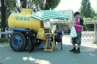 Бочка с квасом. Напитком торгуют спокойно, несмотря на запрет. Фото: А. Искрицкая