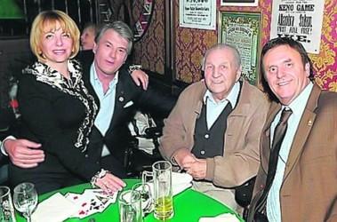 Отдохнул. В Германии Ющенко пил пиво, играл в карты и держал жену Катю на коленях. Фото «Украинская правда»