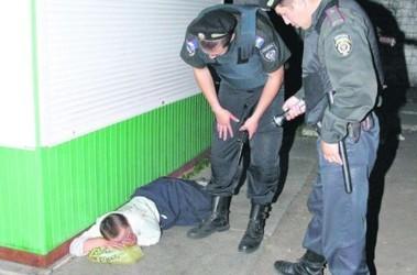 Прилег. Милиция обязана задержать пьяного лишь, если тот буянит. Фото: А. Яремчук