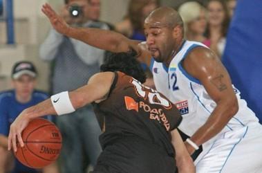 Основной игрок. Халид (справа) даже больной рвется в бой. Фото С.Ваганова