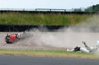 Это уже не первое падение семикратного чемпиона Формулы-1 с мотоцикла. Фото АР