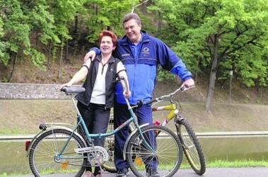 С женой. Президент любит кататься на велосипедах и плавать. Фото В. Марущенко