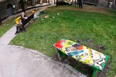 Скамейки. Расписали художники на общественных началах. Фото: С. Николаев