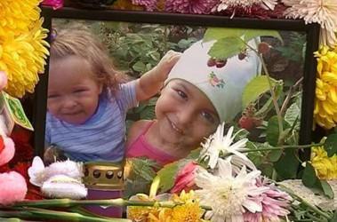В аварии погибли 2-летняя Кира, 5-летняя Настя и их мама Лина. Фото vesti.ru