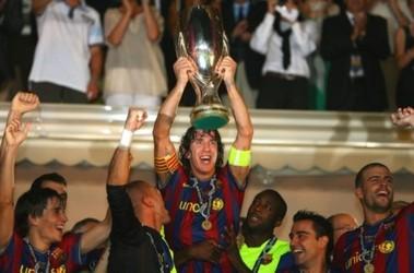 """Капитан """"Барселоны"""" Карлос Пуйоль с Суперкубком УЕФА. Фото AFP"""
