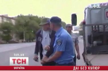 В Луганске пьяный водитель с товарищем избили гаишников, кадр видео с места события (tsn.ua)