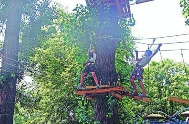 В столичном Гидропарке открылся веревочный парк развлечений «Лазалка»