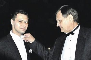 Сын и папа. Похоже, на Романа наденут наручники. Фото lb.ua