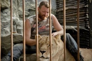 Хозяин мини-зоопарка из Васильевки Запорожской области обещает продержаться 35 дней в клетке со львицей Катей