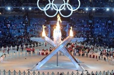 Одна стрела из четырех (слева) не поднялась, но зажечь олимпийский огонь это не помешало. Фото AFP