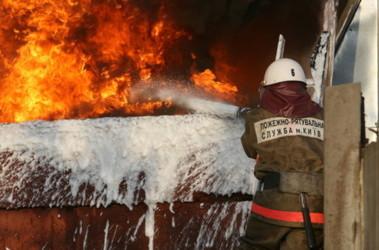 На горящем теплоходе пожарные обнаружили труп 20-летнего парня. Фото: А.Искрицкая