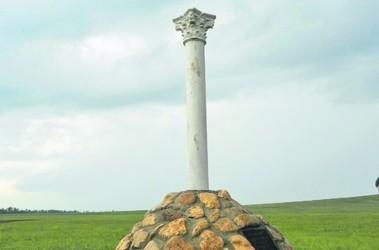 Без птицы. Скульптура пострадала якобы за сходство с символом РФ. Фото: kazaki-msk.ru