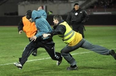 Фаны выбежали на поле помогать своим. Фото AFP