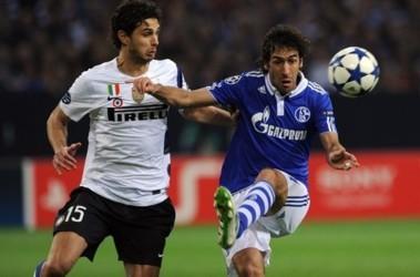 Лучший бомбардир еврокубков Рауль (справа) забил очередной гол. Фото AFP