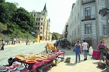 Сейчас художники оплачивают 300 грн в квартал и еще 300 грн раз в год