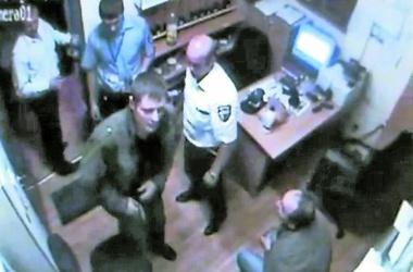 Мужчина находится в розыске. Фото с камер видеонаблюдения «Каравана»
