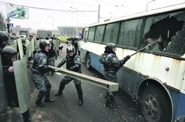 Учения в Донецке. По легенде, болельщики захватили автобус, а спецназовцы задержали транспорт, выбили стекло и вытащили хулиганов. Фото AFP