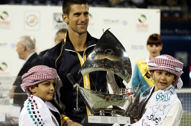 Новак с трофеем. Фото AFP