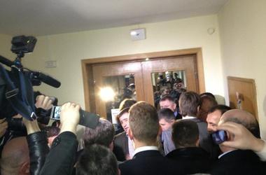 Оппозиционеров не пустили на заседание. Фото facebook/Аронец
