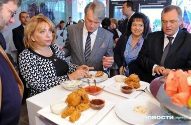 Ющенко с женой угощались курочкой