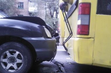 Внедорожник врезался в троллейбус. Фото Магнолии-ТВ
