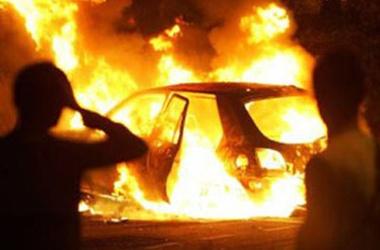 В Киеве сгорели две машины. Фото: ugra-news.ru