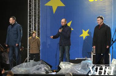 """Яценюк и нардепы от """"Батькивщины"""" призывают участников митинга возле Украинского дома бороться до конца"""