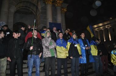 Ночной митинг возле Украинского дома продолжается под аккомпанемент дождя, фото Валентина Вдовиченко