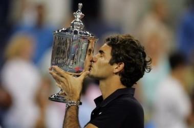 Роджер Федерер с последним трофеем. Фото AFP