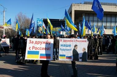 Митингующие. В центре Симферополя ни дня не обходится без акцией с обновляющимися лозунгами. Фото: С.Сыч