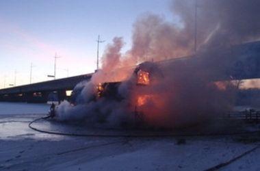 Домик на барже сгорел. Фото ГосЧС