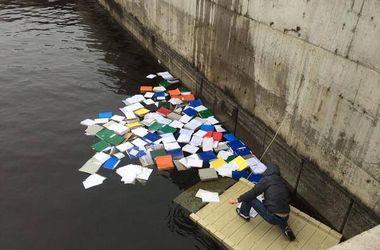 В Межигорье нашли множество документов. Фото: ЄвроМайдан – EuroMaydan (Фейсбук)