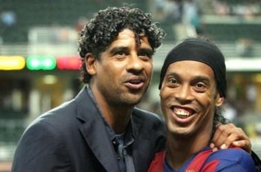 В отношениях Роналдиньо и Райкарда наступила черная полоса. Фото AFP