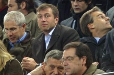 Роман Абрамович (в центре) готов расстаться со всеми недовольными. Фото АР