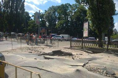 На бульваре Шевченко провалился асфальт. Фото: Неинтересный Киев (Facebook)