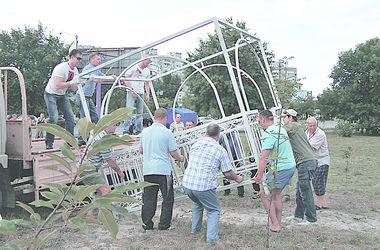 У майбутньому саду встановили першу альтанку