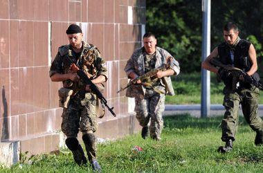 """Террористы захватили тело погибшего бойца спецбатальона милиции """"Днепр - 1"""". Фото: AFP"""