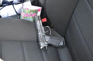 Гаишники останавливают водителей с оружием. Фото: mvs.gov.ua