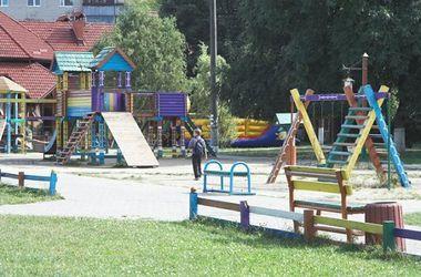 Эксбиционист пугал детей на игровой площадке. Фото: ГУ МВД в Киеве
