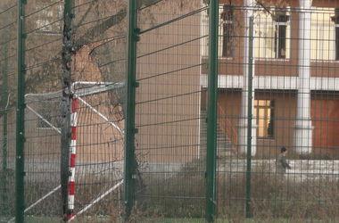 Снаряд попал в школу. Фото: очевидцы