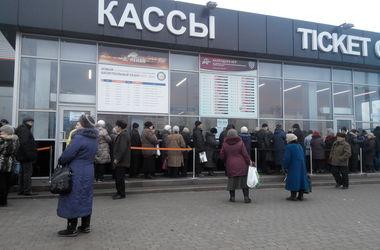 Донеччани чекають продуктові набори. Фото: А.Беркан