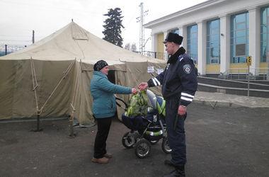 Переселенці сподіваються на допомогу української влади. Фото: mvs.gov.ua