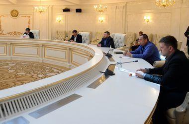 Контактная группа договорилась с боевиками о прекращении огня в ночь на воскресенье. Фото: AFP