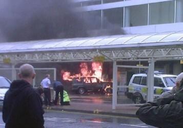 Джип врезался в один из терминалов аэропорта Глазго. Фото AP