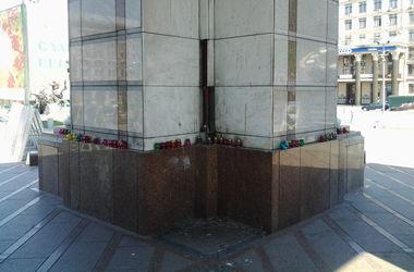 От памятника отпадают каменные плиты. Фото: С.Одаренко