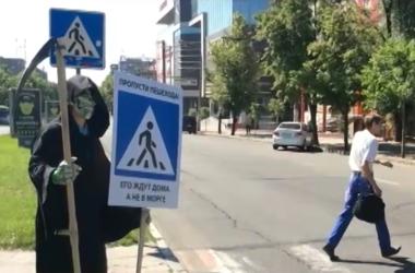 В Запорожье смерть с косой пугает водителей-нарушителей. Фото: tsn.ua