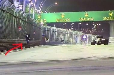 Болельщик на трассе во время гонки Гран-при Сингапура