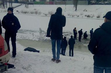 Тела вытащили из воды. Фото: vk.com/dneprovskiu_rayon