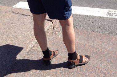 75fcc046490eb Будь в тренде: мужчинам разрешили носить носки под сандалии - Сочетать  сандалии с носками решили в модном доме Versace, Bottega Veneta и Margaret  Howell | ...