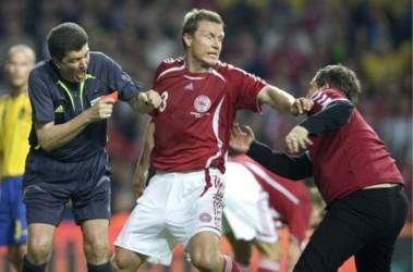 Тот самый эпизод во время матча Дания-Швеция. Фото АР